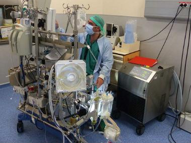Le technicien de CEC ou perfusionniste responsable du bon fonctionnement de la CEC